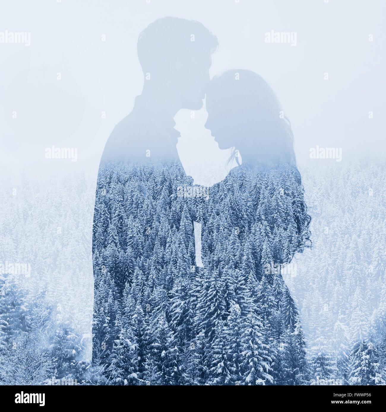 Amore in inverno, silhouette di un giovane su sfondo di foresta, doppia esposizione Immagini Stock