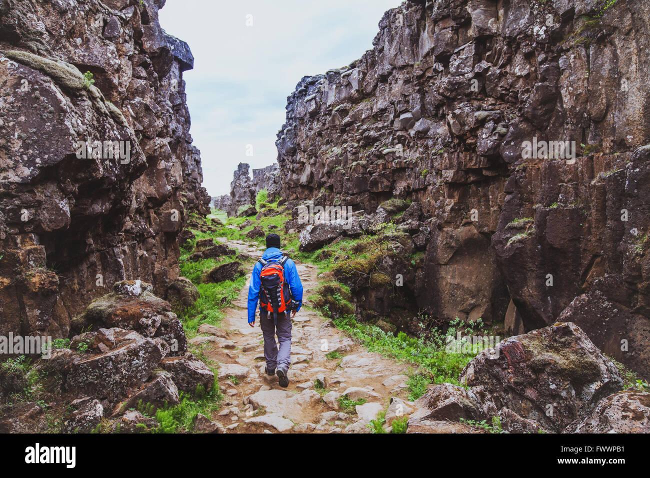 Escursioni nel canyon rocciosi, backpacker passeggiate nella natura, Islanda Immagini Stock