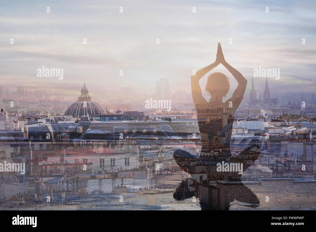 Lo yoga e la meditazione nelle grandi città, doppia esposizione, mindfulness concetto, l'armonia nella Immagini Stock