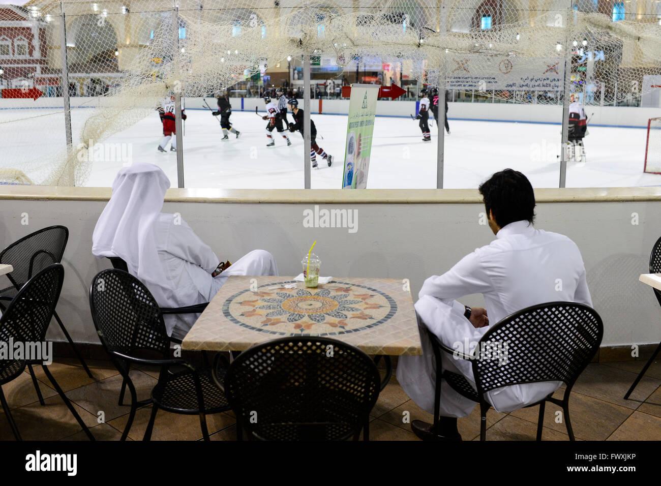 Il Qatar Doha, aspirano Zona, Villaggio Mall shopping mall con il pattinaggio su ghiaccio, massa sceicchi osservando Immagini Stock