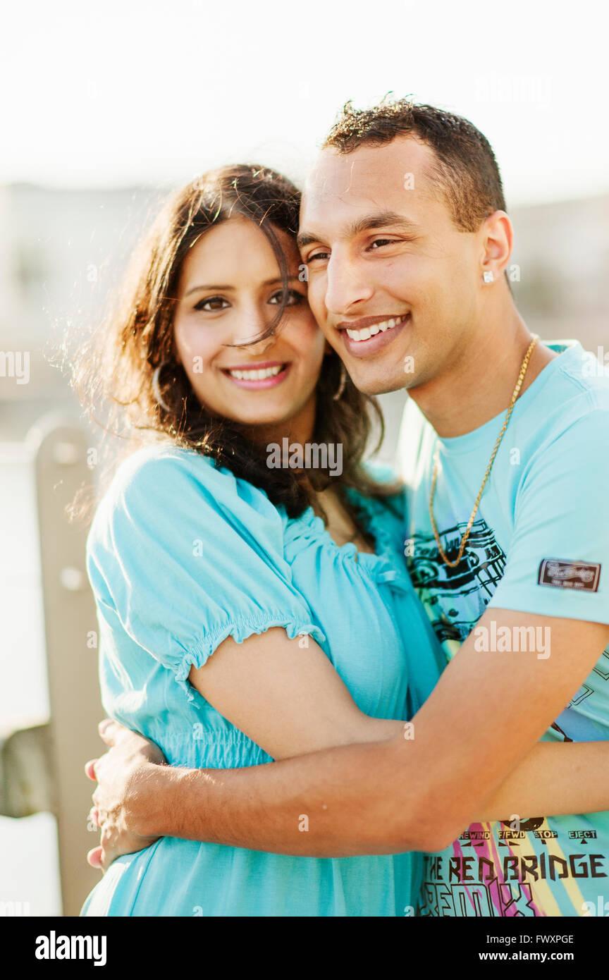 La Svezia, Vastra Gotaland, Göteborg, coppia giovane abbracciando Immagini Stock