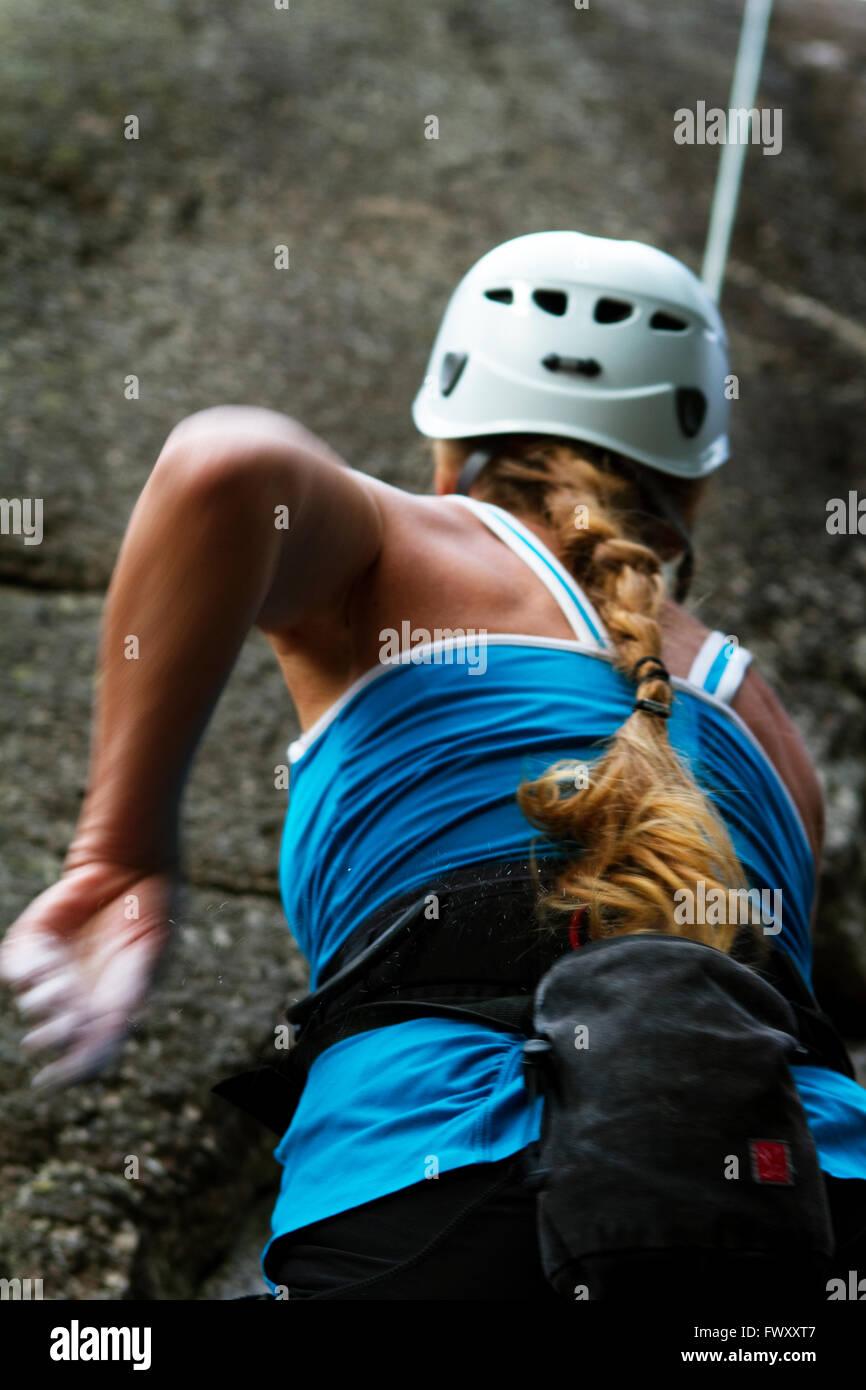 La Svezia Ostergotland, Coltivatore Vaderstad da, vista posteriore della donna rock climbing Immagini Stock