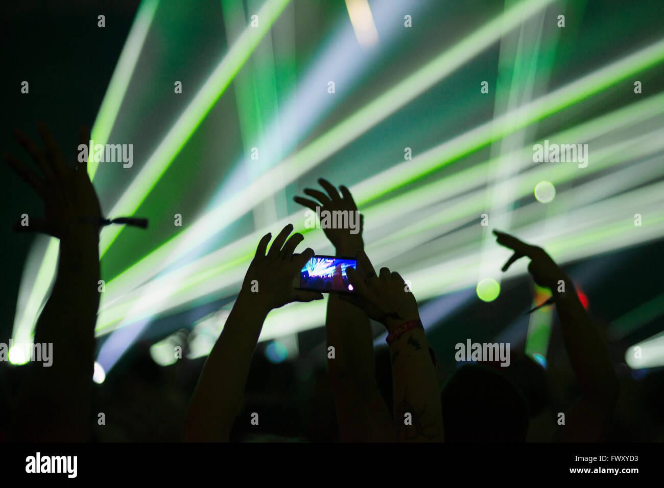 Finlandia, Uusimaa, Helsinki, uomo di scattare le foto con lo smartphone al Summer Festival del suono Immagini Stock