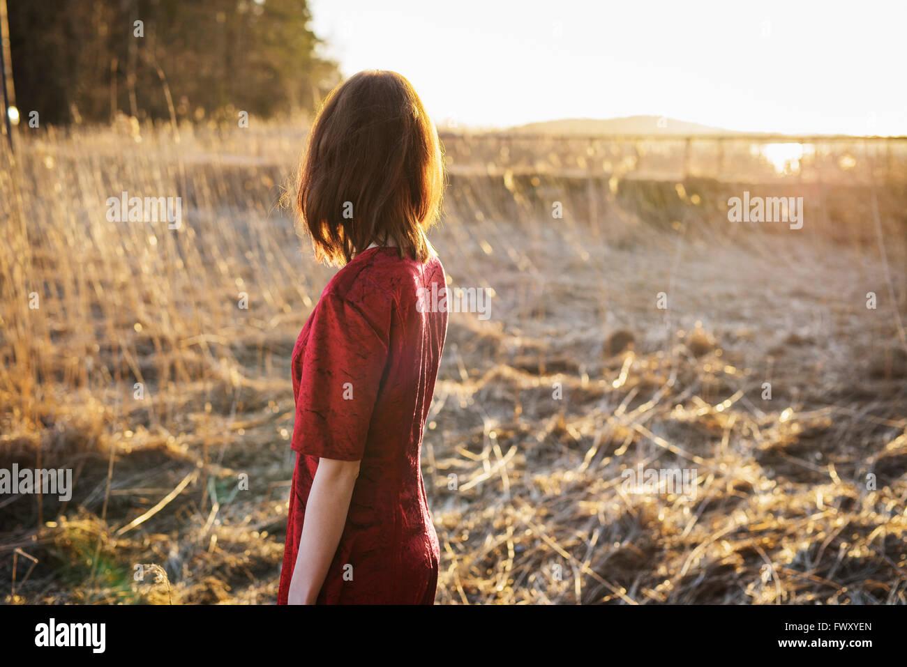 Finlandia, Varsinais-Suomi, giovane donna in piedi nel campo Immagini Stock
