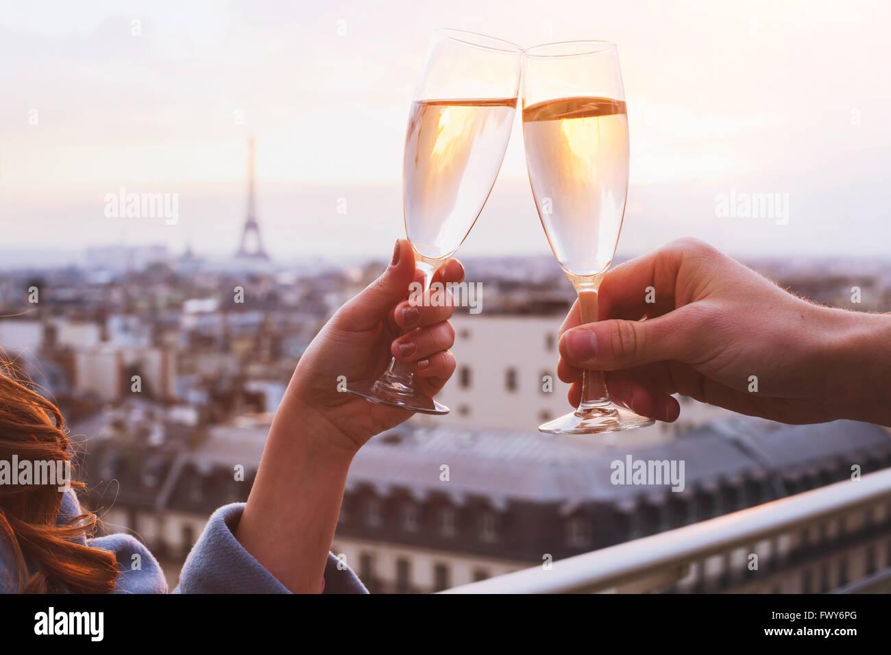 Due bicchieri di champagne o vino, giovane a Parigi, romantica celebrazione di impegno o anniversario Immagini Stock