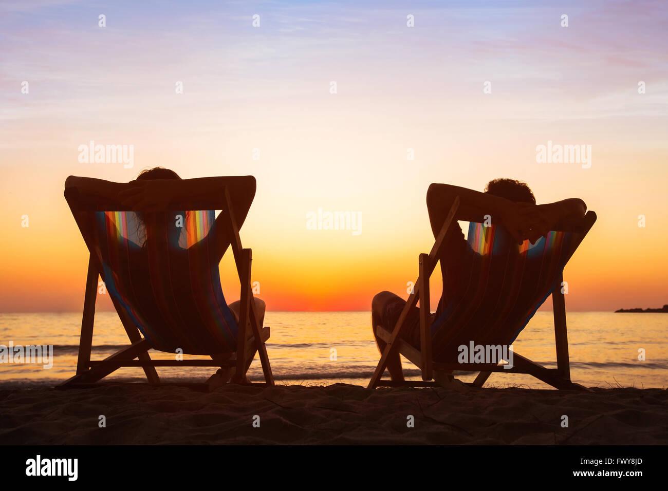 Godersi la vita concetto, giovane relax in hotel sulla spiaggia al tramonto, felici le persone in luna di miele, Immagini Stock