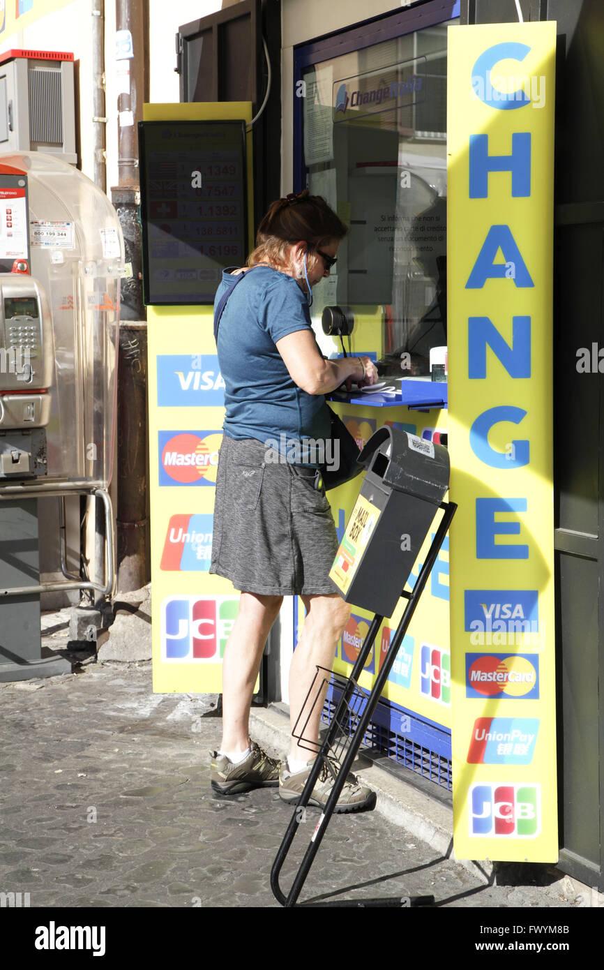 Donna Turistico A Ufficio Cambio Lei Cambia Il Suo Denaro In Euro In