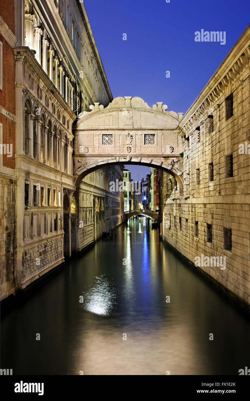 """Il """"Ponte dei Sospiri"""" (Ponte dei Sospiri) che collega il Palazzo Ducale con la nuova prigione. Venezia, Italia. Foto Stock"""