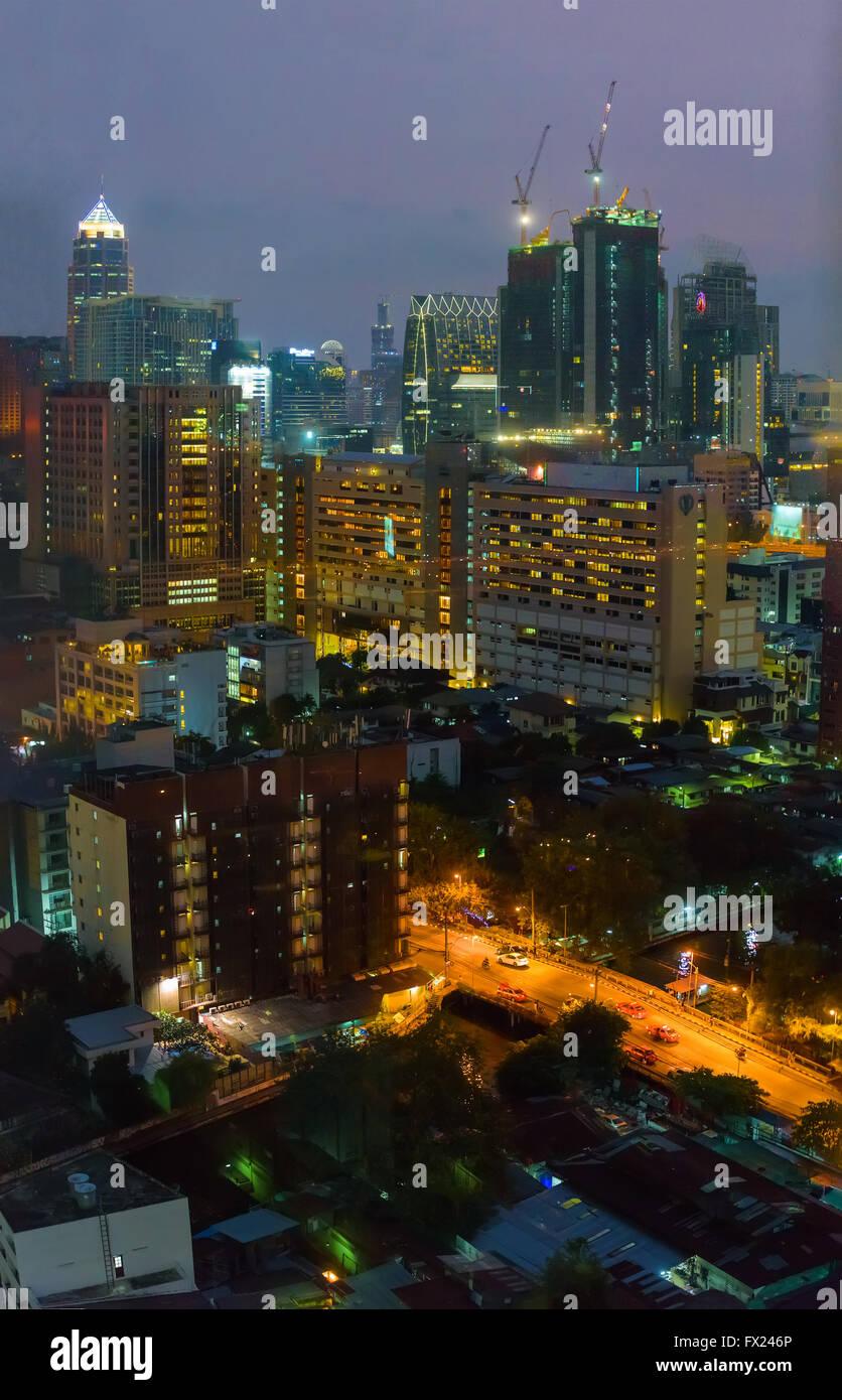 I quartieri residenziali di Bangkok di notte Foto Stock