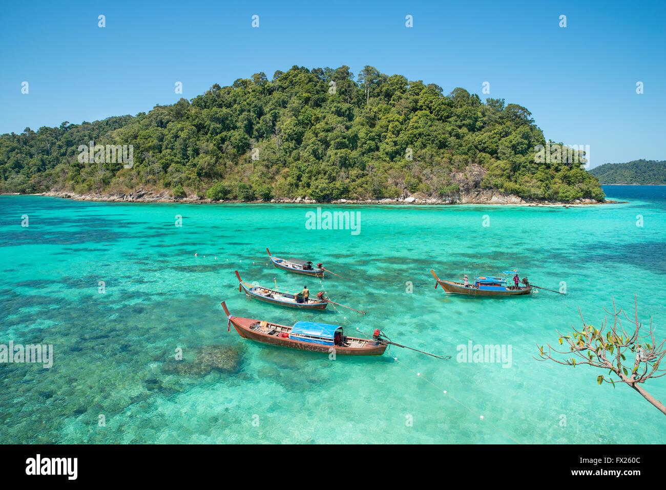 Estate, Viaggi, vacanze e concetto di vacanza - spiaggia tropicale, longtail imbarcazioni al Lipe island in Satun, Immagini Stock