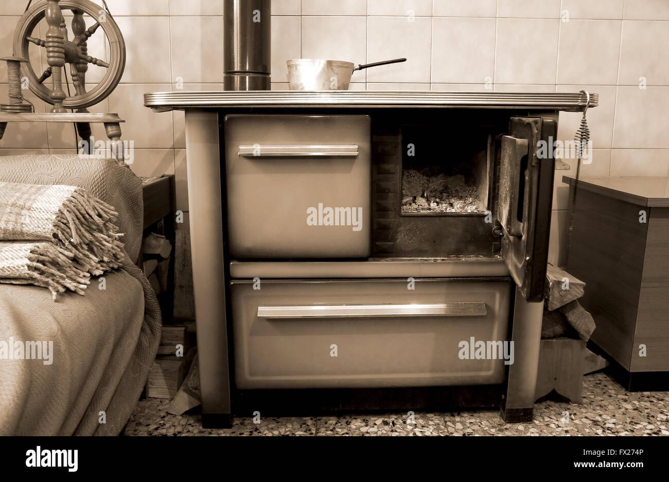 Vecchia stufa a legna nella cucina di casa di montagna Foto ...