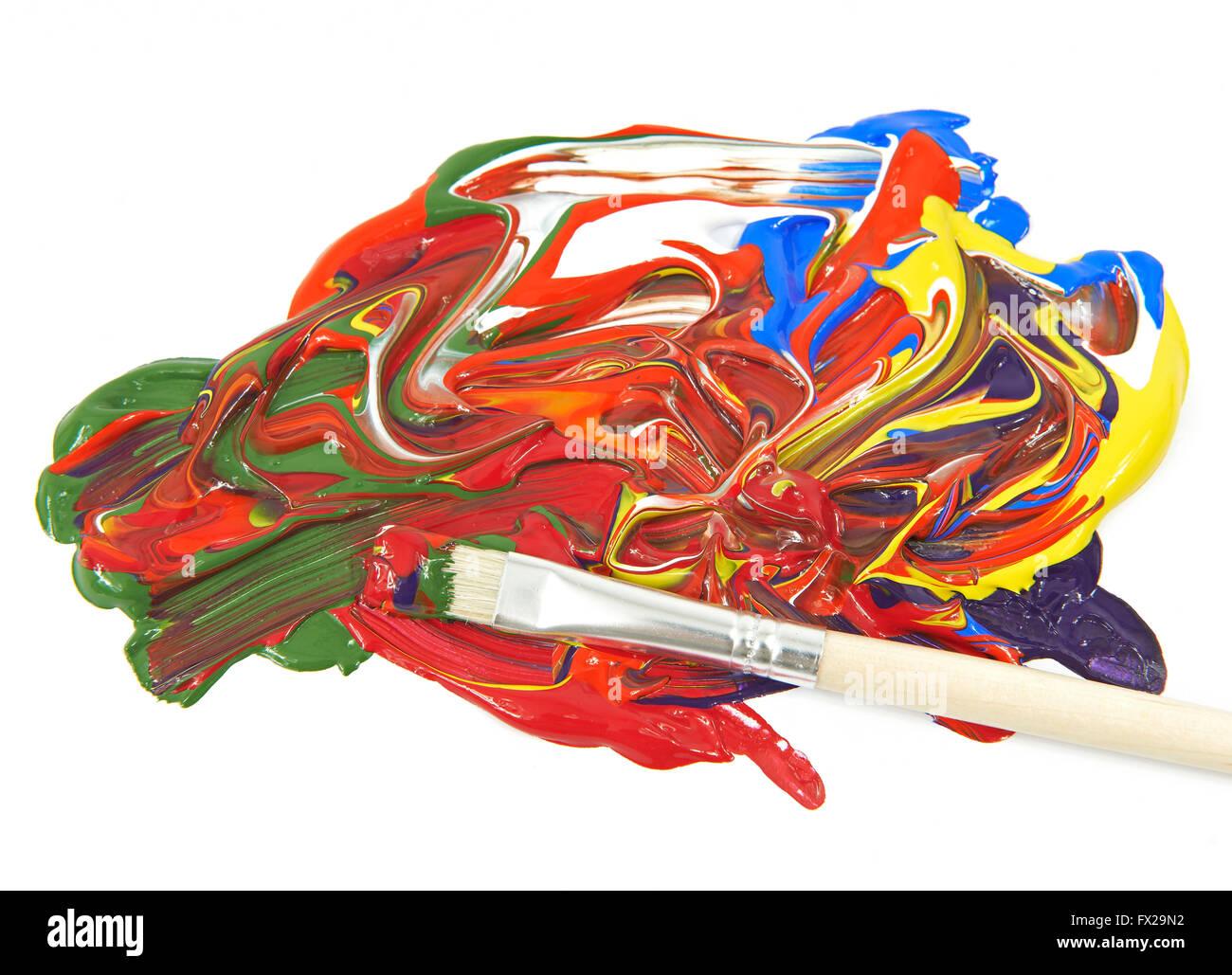 Colori acrilici e spazzola di vernice su sfondo bianco Immagini Stock