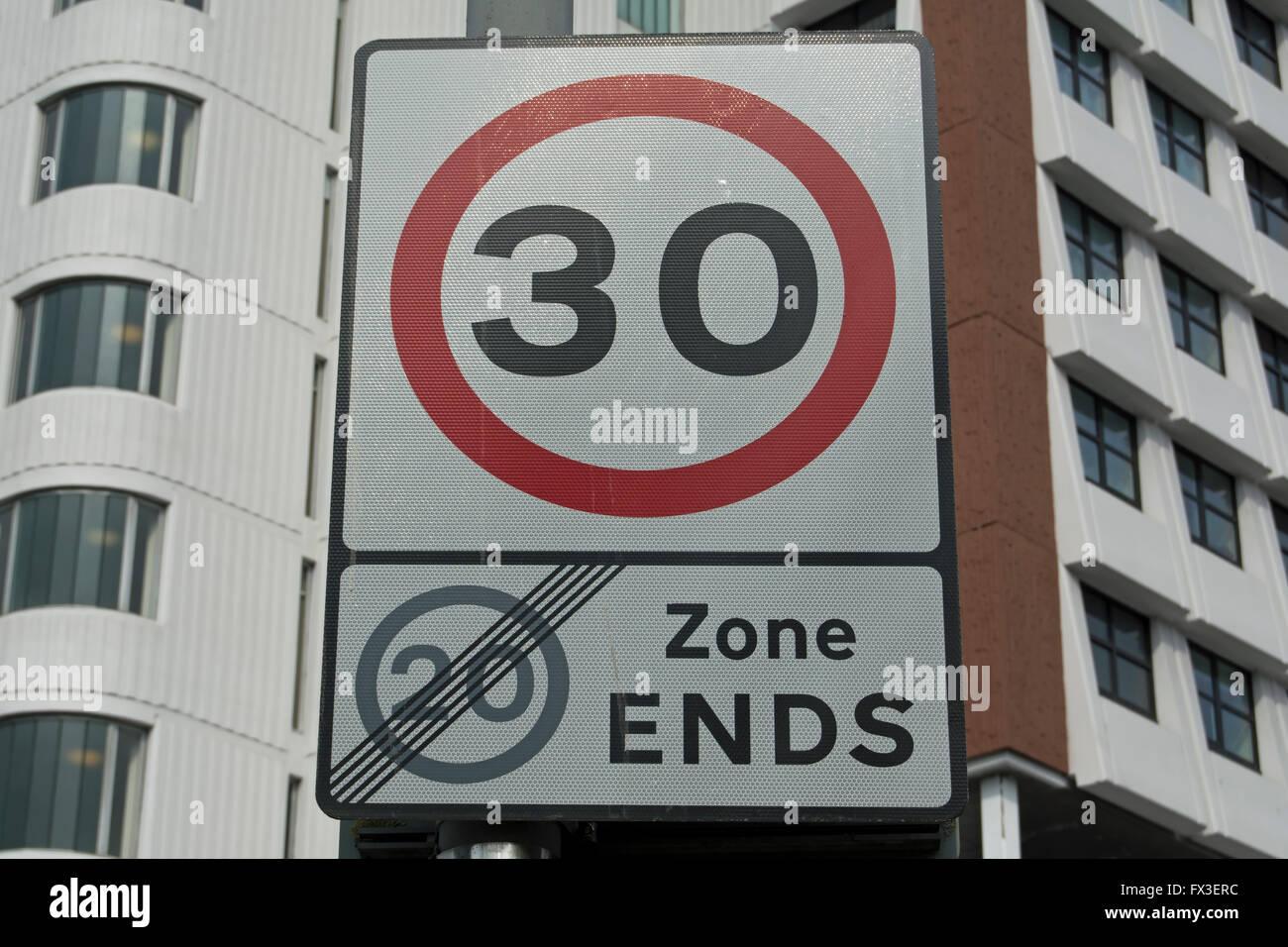 British cartello stradale rendendo la fine di una 20mph velocità zona limite e l'inizio di una 30mph limite di velocità Foto Stock