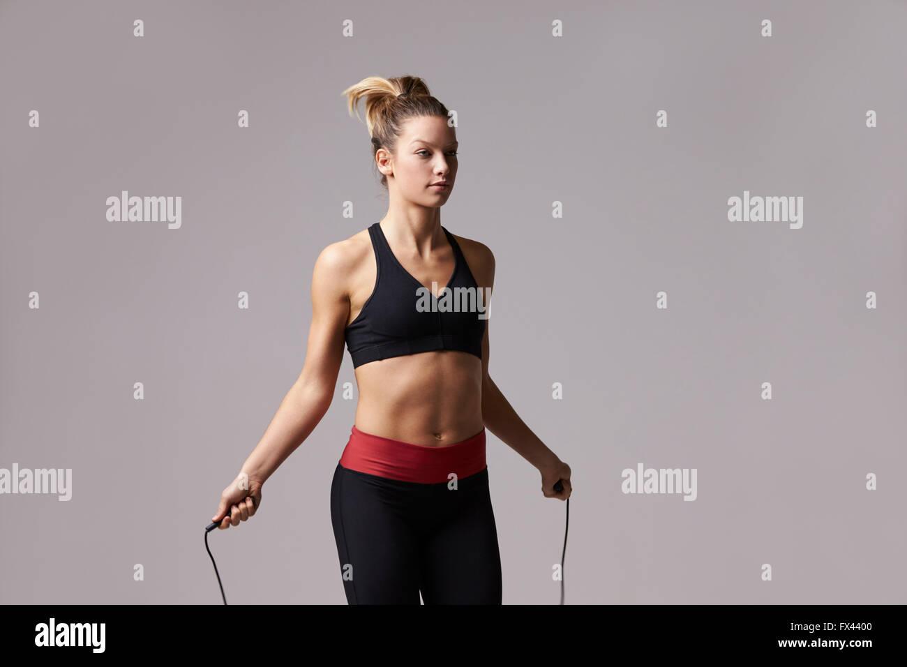 Athletic donna bionda corda, tre quarti di lunghezza Immagini Stock