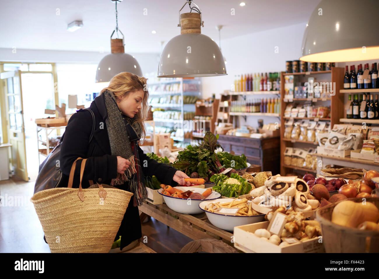 Donna Shopping per Prodotti Biologici di Delicatessen Immagini Stock