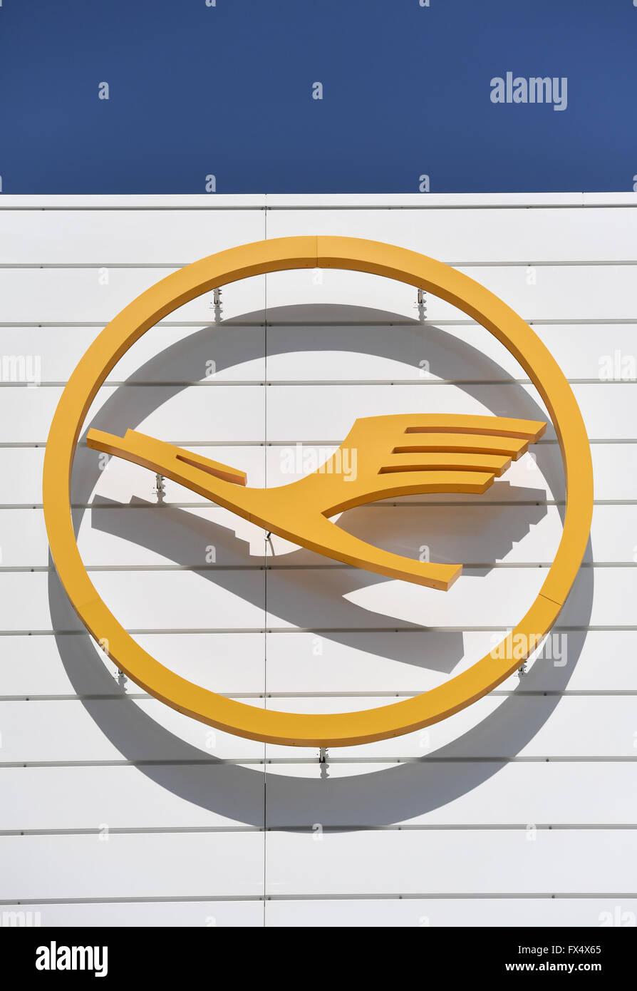 Monaco di Baviera, Germania. 04 apr, 2016. Il logo di tedesco vettore aereo Lufthansa raffigurato su una costruzione dell'aeroporto di Monaco di Baviera, Germania, 04 aprile 2016. Foto: ANDREAS GEBERT/dpa/Alamy Live News Foto Stock
