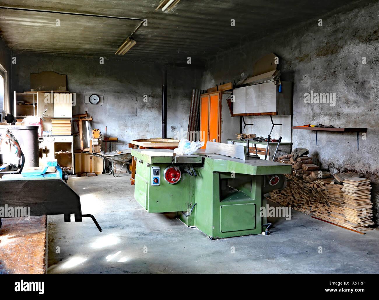 Falegnameria In Disuso Con La Grande Macchina Per Tagliare Le Tavole Di Legno Foto Stock Alamy