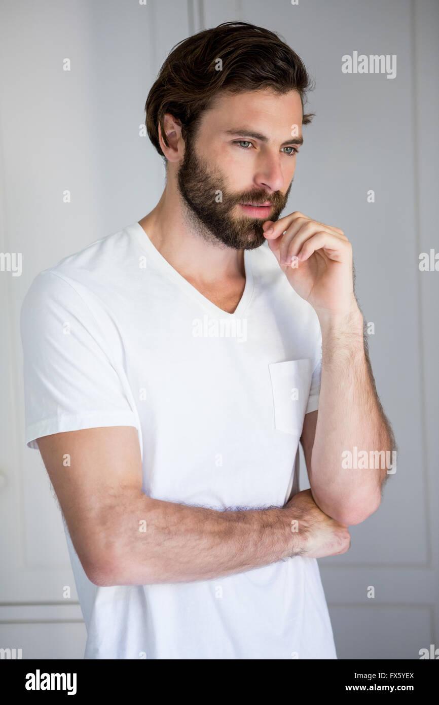 Uomo perfetto in piedi in camera da letto Immagini Stock