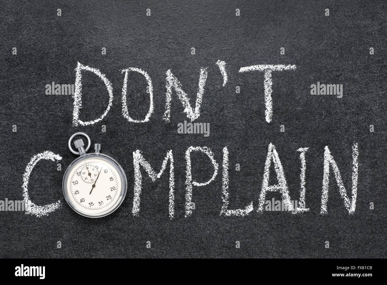 Dont lamentano una frase scritta a mano sulla lavagna con vintage cronometro preciso utilizzato al posto di o Immagini Stock