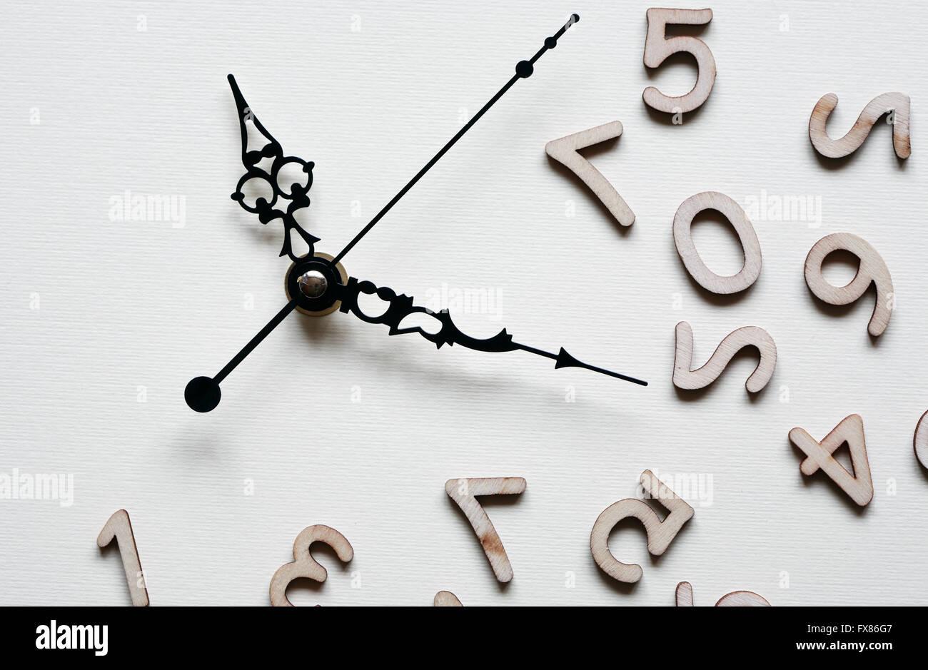 Concetto di tempo. Minuti e secondi le mani vicino insieme di cifre in legno Immagini Stock