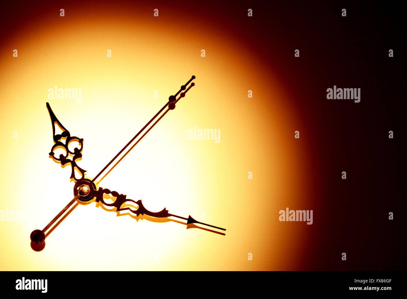 Concetto di tempo. Minuti e secondi le mani con ombra sul bel sfondo della carta Immagini Stock