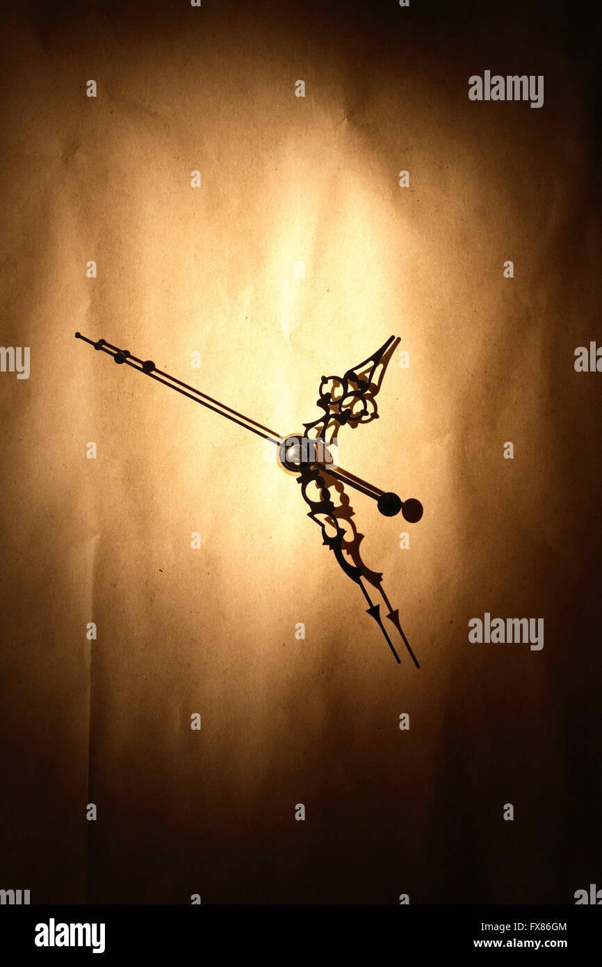 Concetto di tempo. Orologio su bella carta sgualcita sfondo Immagini Stock