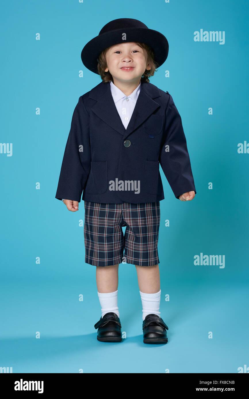 Un bambino di 3 anni metà giapponese metà American boy vestito in uniforme in età prescolare. Immagini Stock