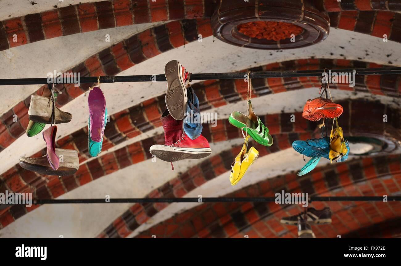 Uno dei migliori in città per i giovani. 24Sep, 2016. Colorfull scarpe sono appesi al ponte Oberbaum a Berlino Immagini Stock