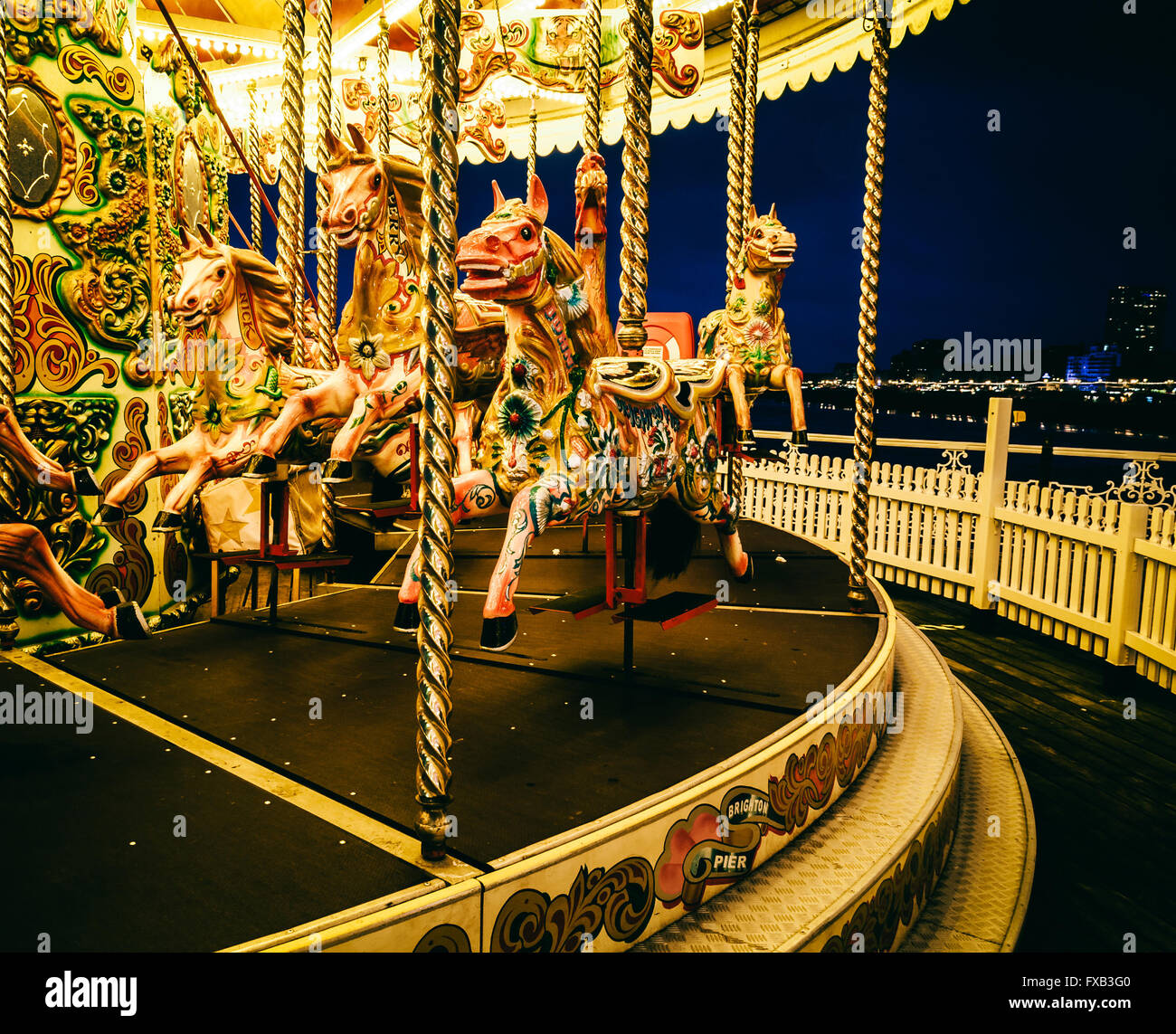 Merry-go-round sul molo di Brighton di notte, REGNO UNITO Immagini Stock