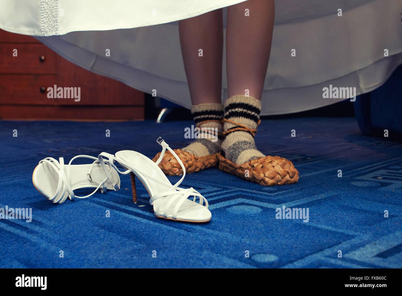 Sposa in russo il tiglio scarpe invece di scarpe di nozze Immagini Stock 923a90f00d8