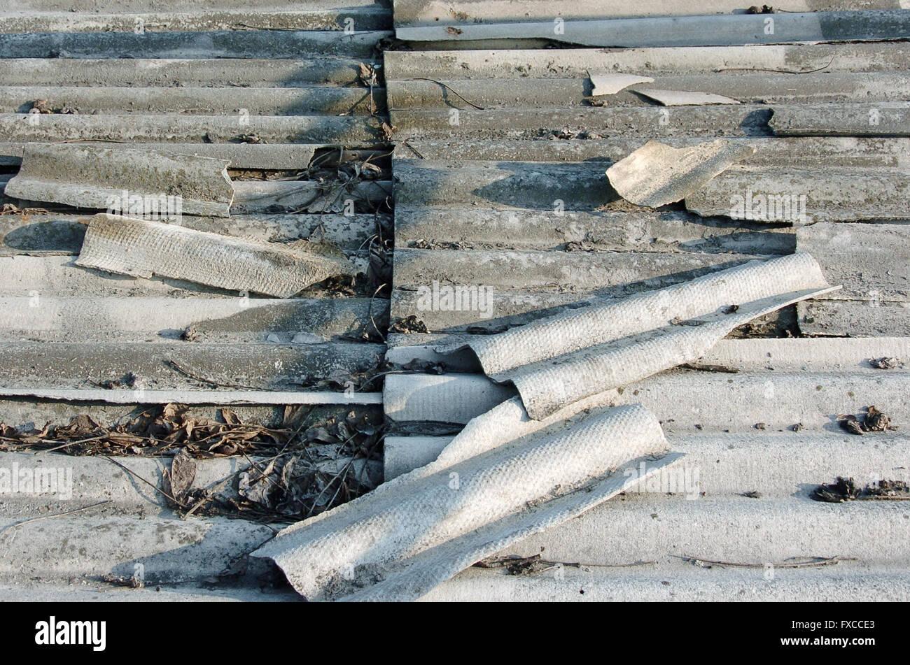 Il tetto in amianto sfondo il vecchio tetto grigio piastrelle