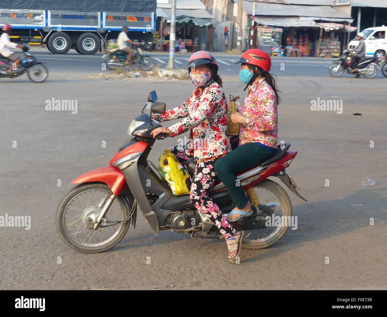 bello design liquidazione a caldo informazioni per Il Vietnam, due donne su scooter indossando maschere ...