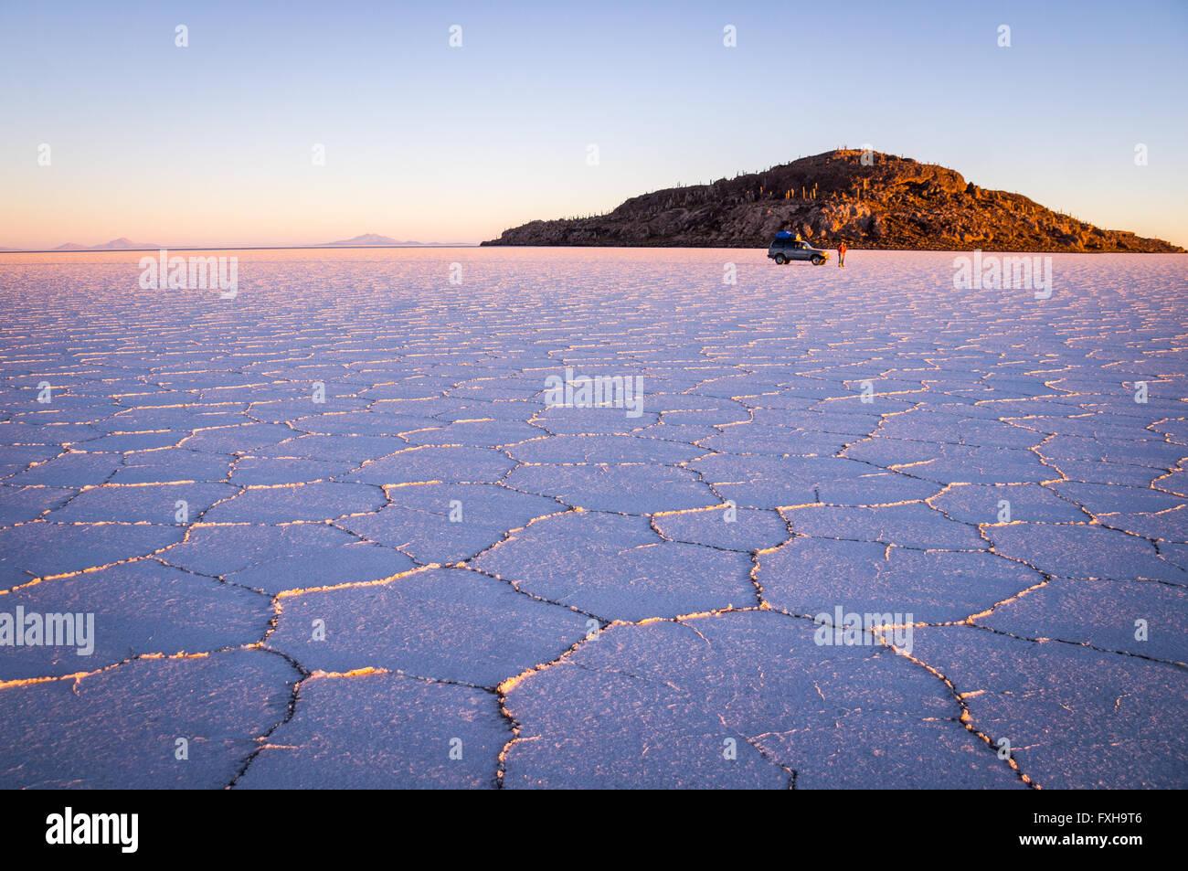 Salar Uyuni, BOLIVIA nel settembre 2015: Il sole sorge su mondi più grande lago salato Salar de Uyuni. A sudovest Immagini Stock