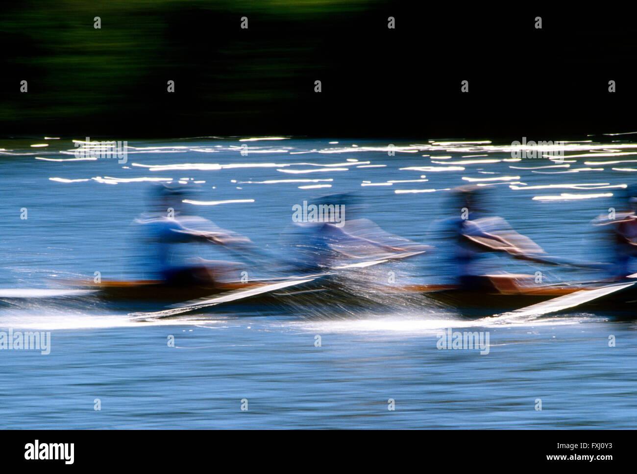 Motion Blur vista panoramica di scullers remare nella testa della regata Schuylkill; Fiume Schuykill; Philadelphia, Immagini Stock