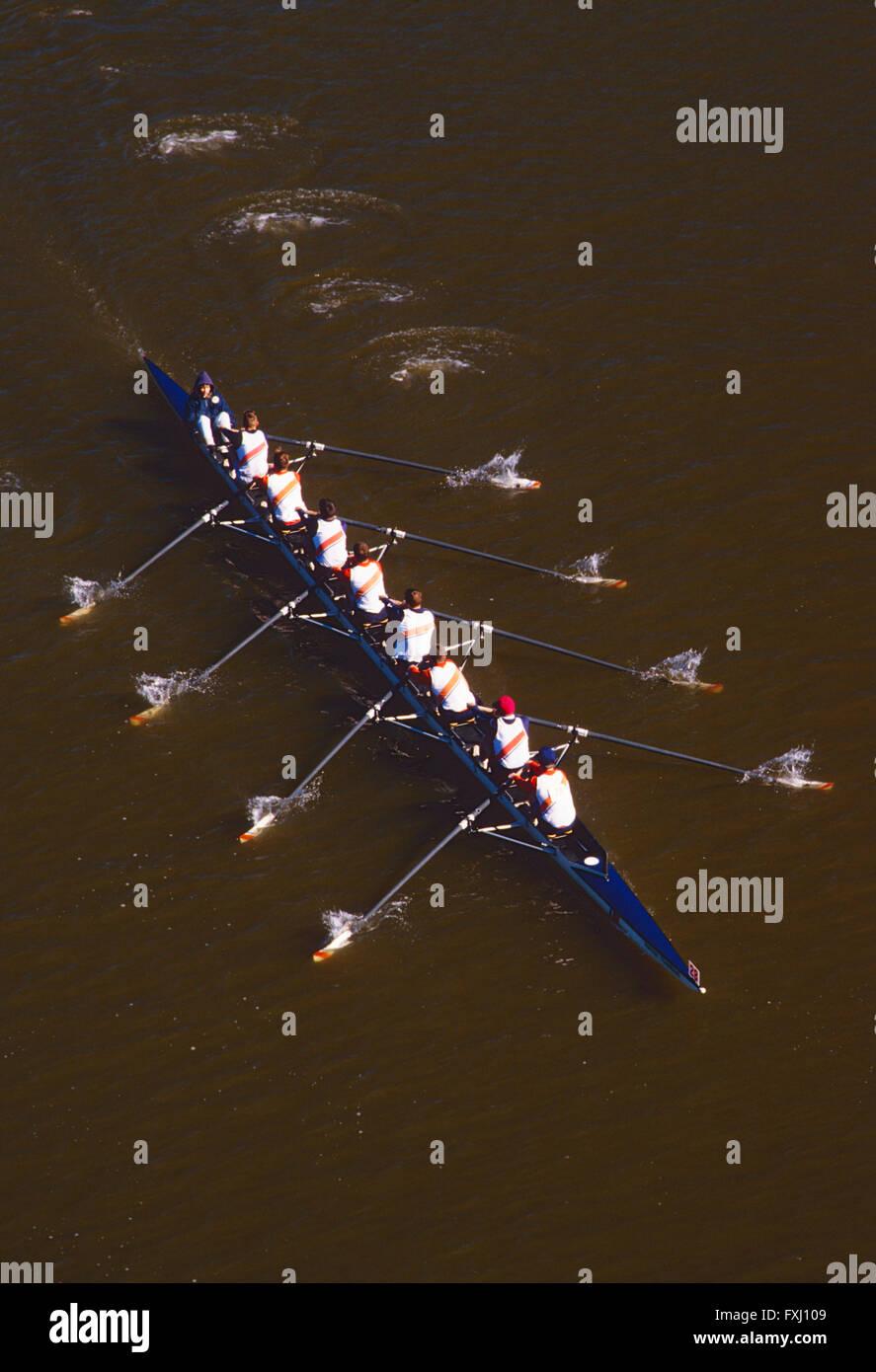 Scullers remare nella testa della regata Schuylkill; Fiume Schuykill; Philadelphia, Pennsylvania, STATI UNITI D'AMERICA Foto Stock