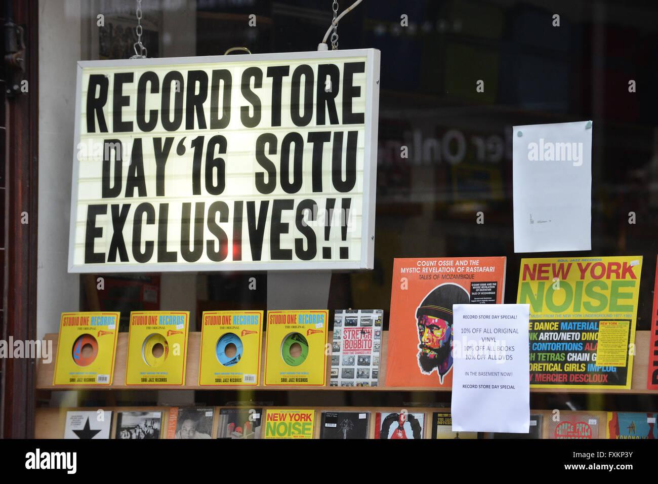 Soho, Londra, Regno Unito. Il 16 aprile 2016. L annuale RECORD STORE DAY, discografici coda per versioni speciali, Immagini Stock