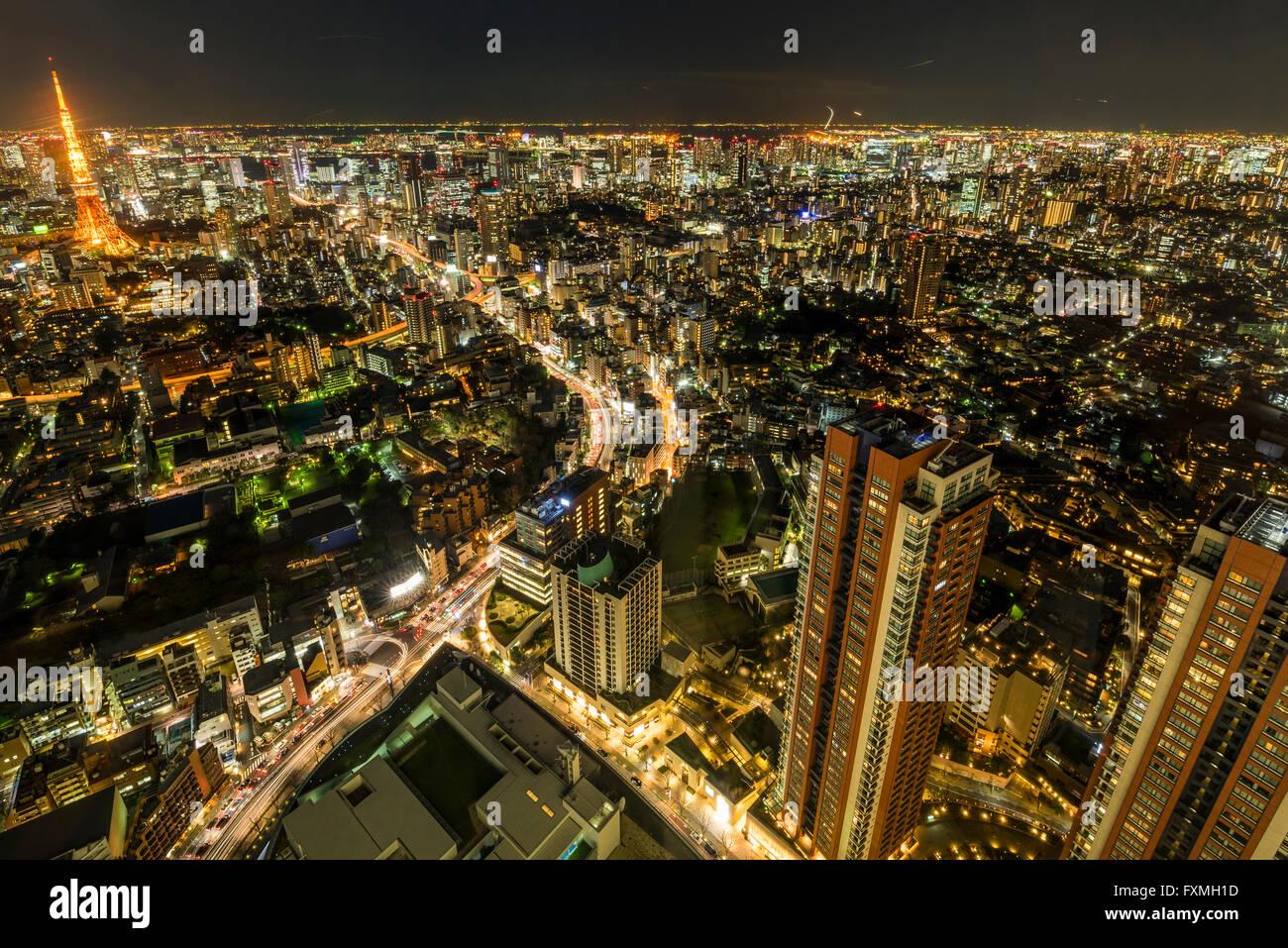 La torre di Tokyo e alti edifici di notte a Tokyo in Giappone Immagini Stock