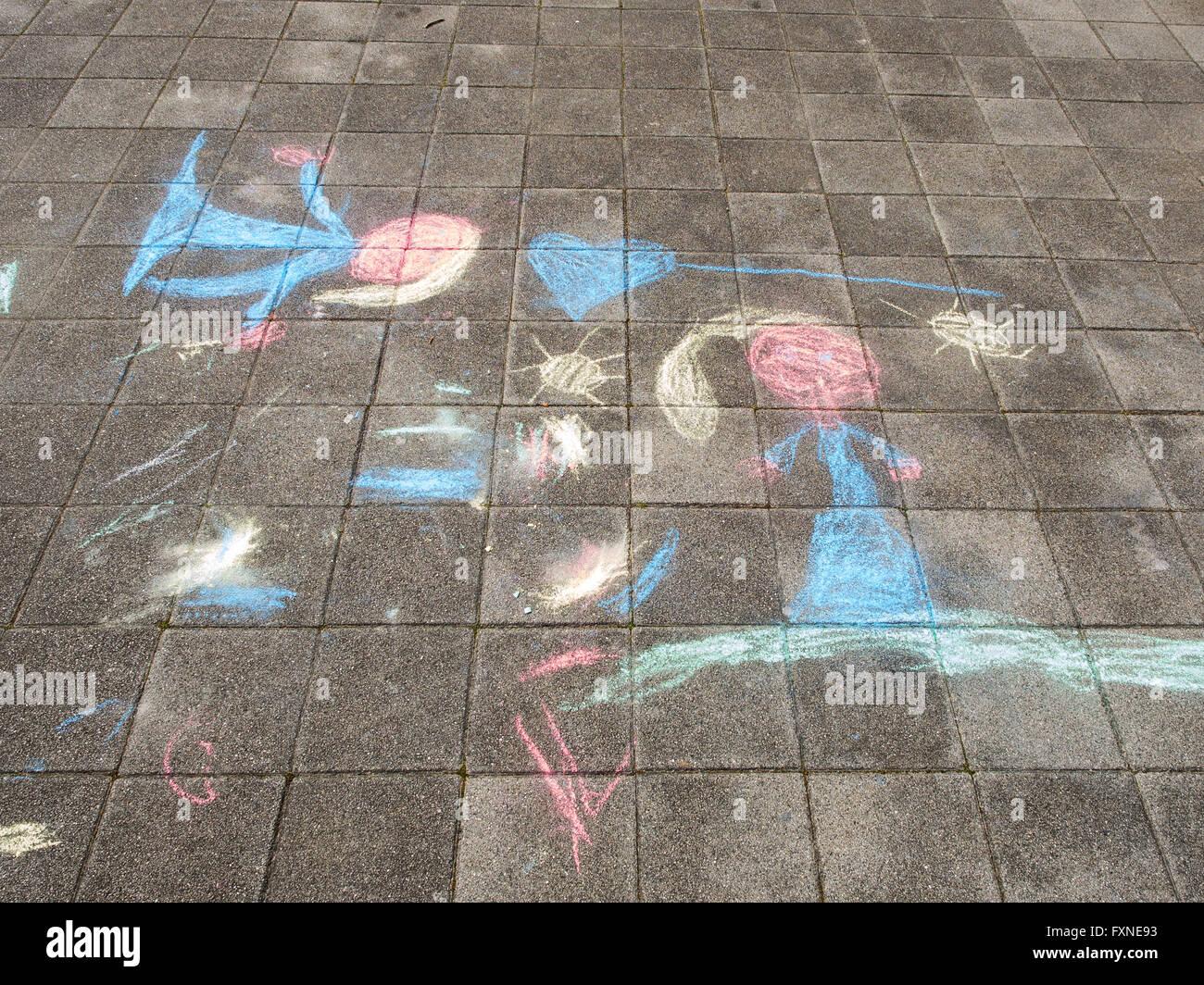 Bambini colorati disegni realizzati con gessi su cemento
