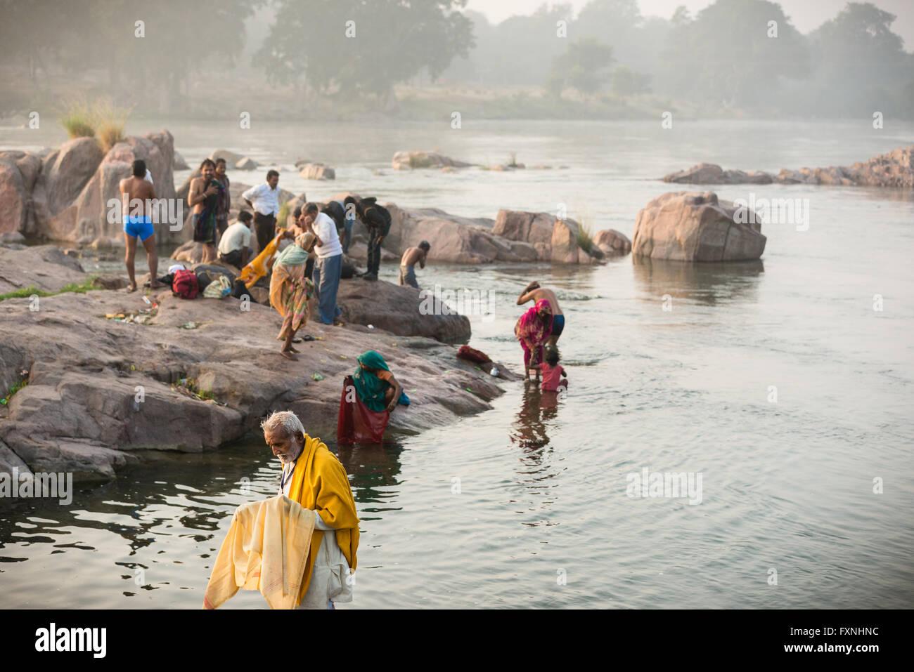 La mattina presto la balneazione nel fiume Betwa presso il villaggio di Orchha, India Immagini Stock