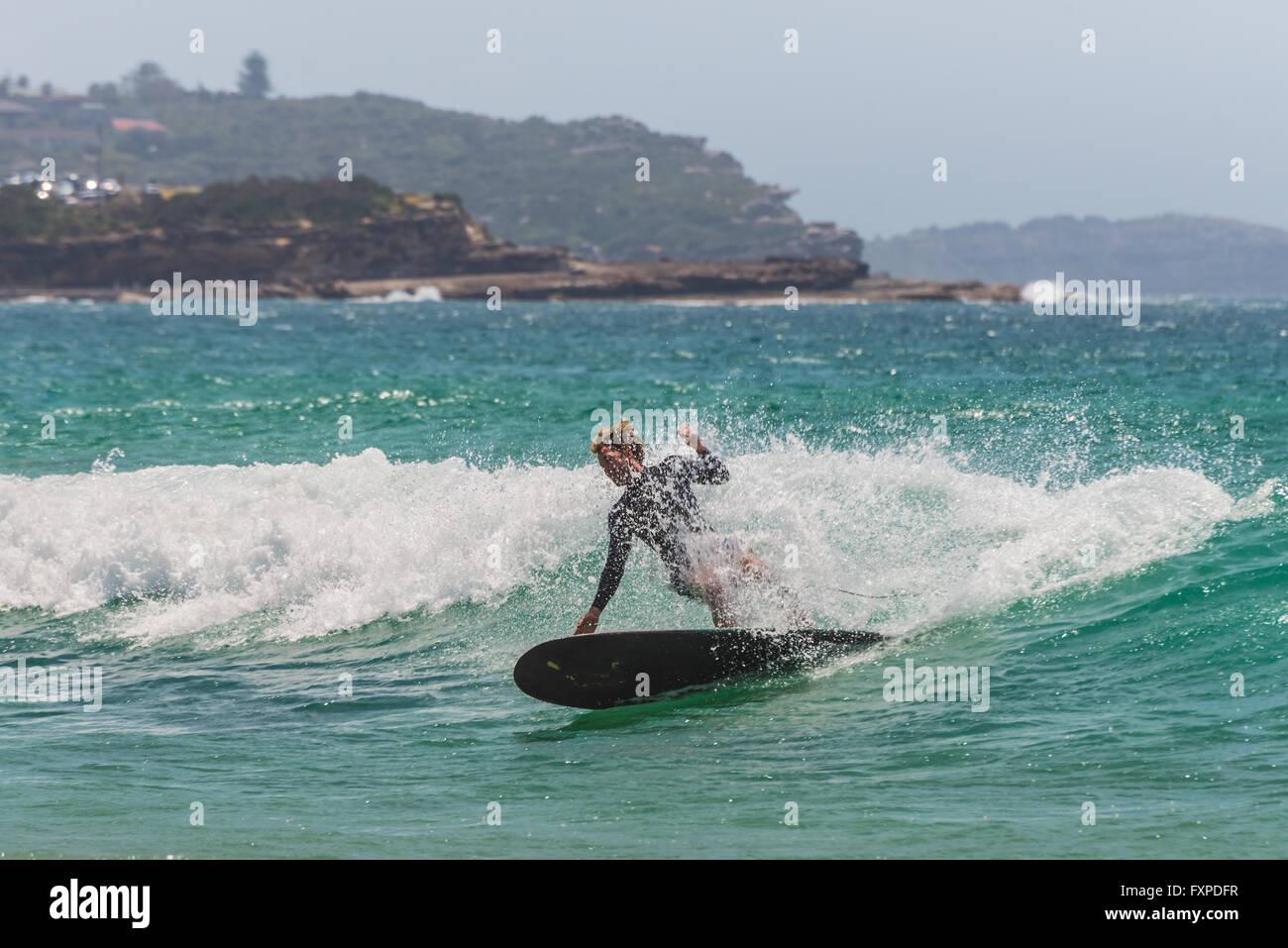 Un surfista australiano sull'onda. A sette miglia dal centro di Sydney, nota Manly Beach Immagini Stock