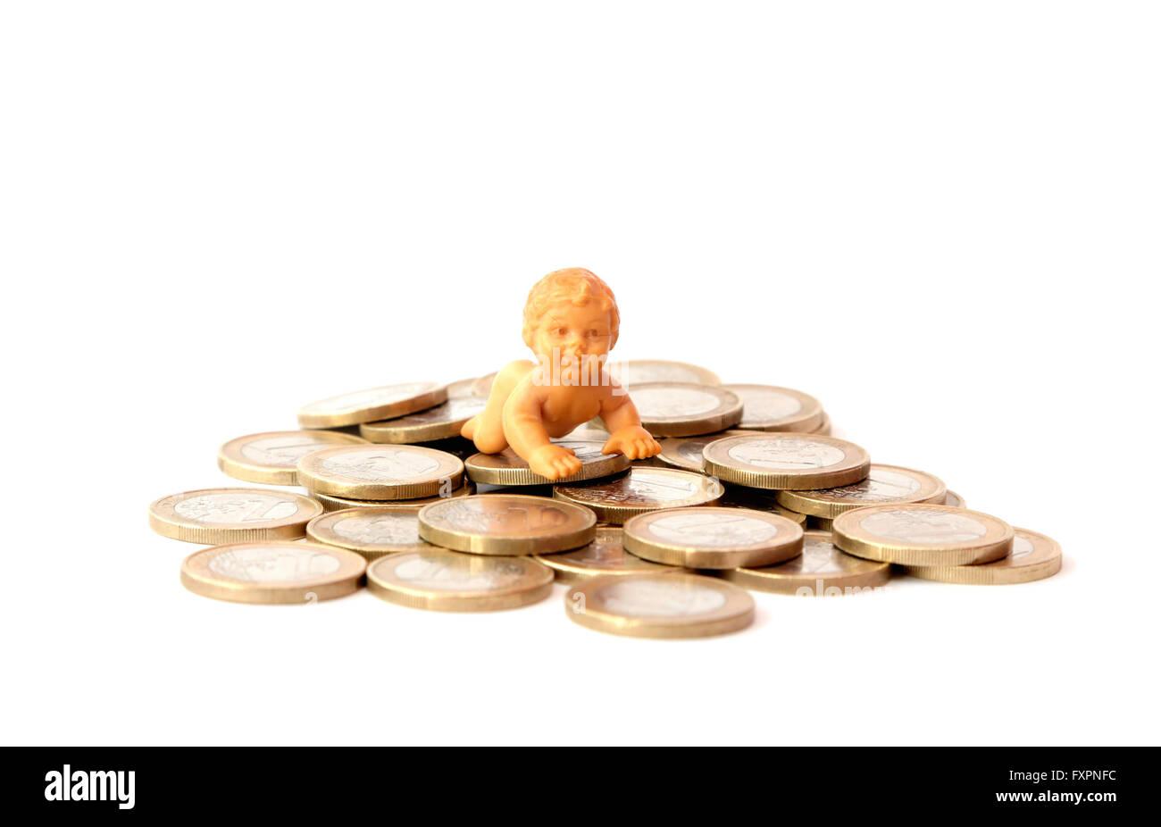 Un bambino sulla parte superiore delle monete metalliche in euro Immagini Stock