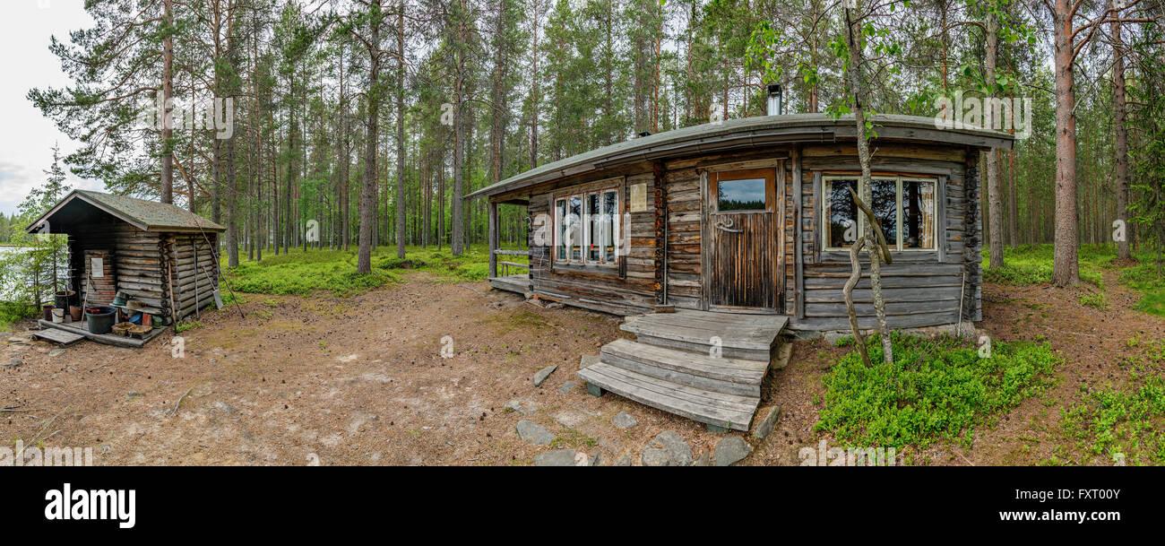 Lehtosaari isola ha un deserto capanna e una vera e propria sauna di fumo (sinistra). Lago Lentua, Kuhmo, in Finlandia Immagini Stock