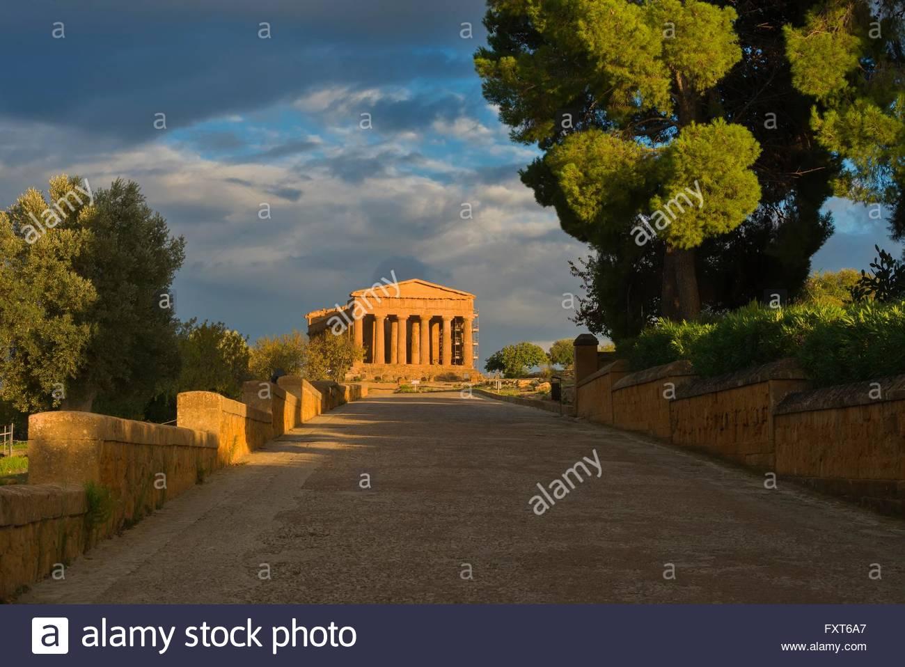 La passerella e il Tempio della Concordia e Valle dei Templi, Agrigento, Sicilia, Italia Immagini Stock