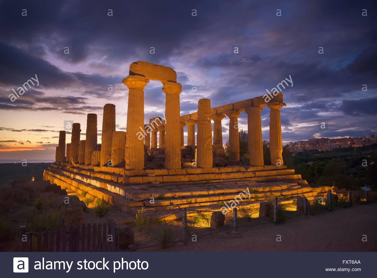 I riflettori tempio di Giunone al crepuscolo, la Valle dei Templi, Agrigento, Sicilia, Italia Immagini Stock