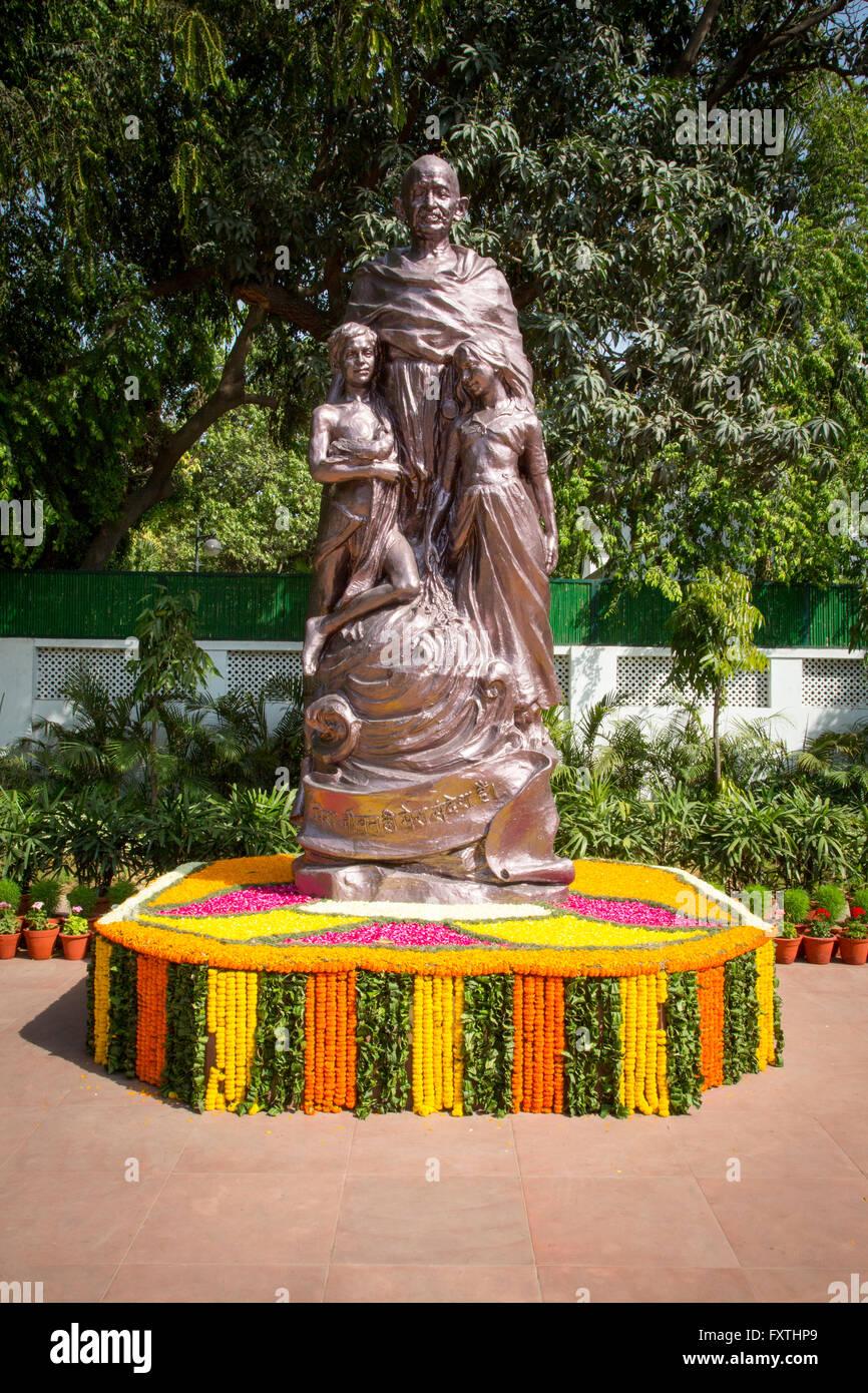 Una statua del Mahatma Ghandi nei giardini di Gandhi Smriti precedentemente noto come Birla House o Birla Bhavan Immagini Stock