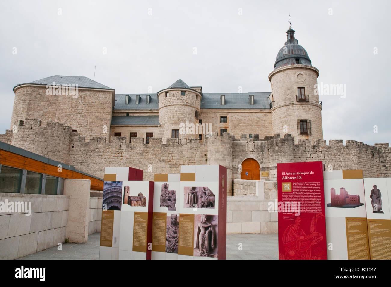 Castello medievale e mostra d'arte. Simancas, provincia di Valladolid, Castilla Leon, Spagna. Immagini Stock