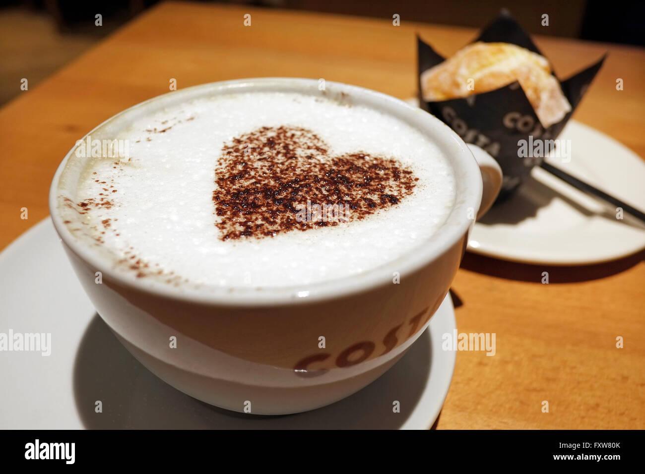 Cappuccino e caffè al cioccolato a forma di cuore Immagini Stock
