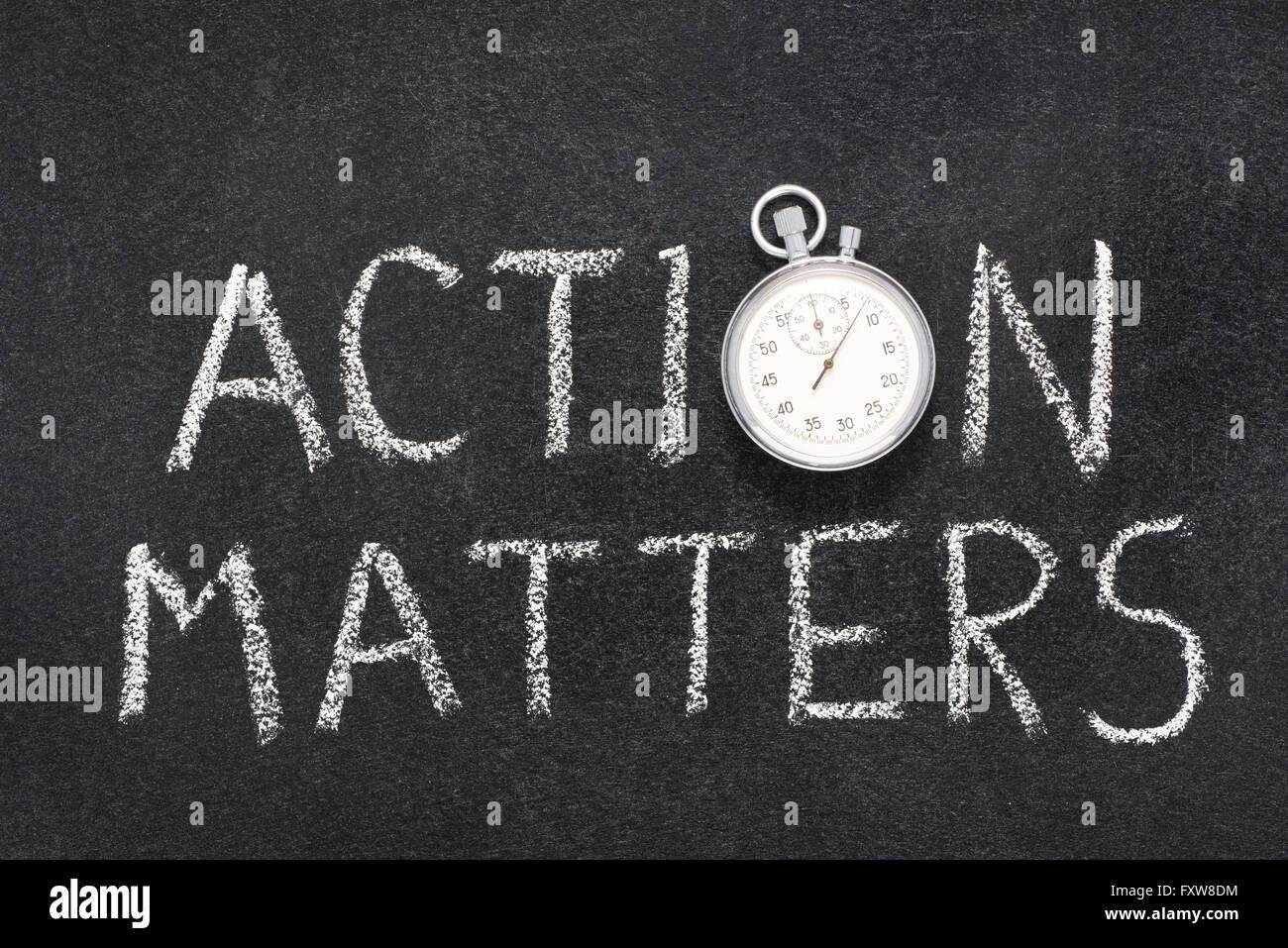Questioni di azione una frase scritta a mano sulla lavagna con vintage cronometro preciso utilizzato al posto di Immagini Stock