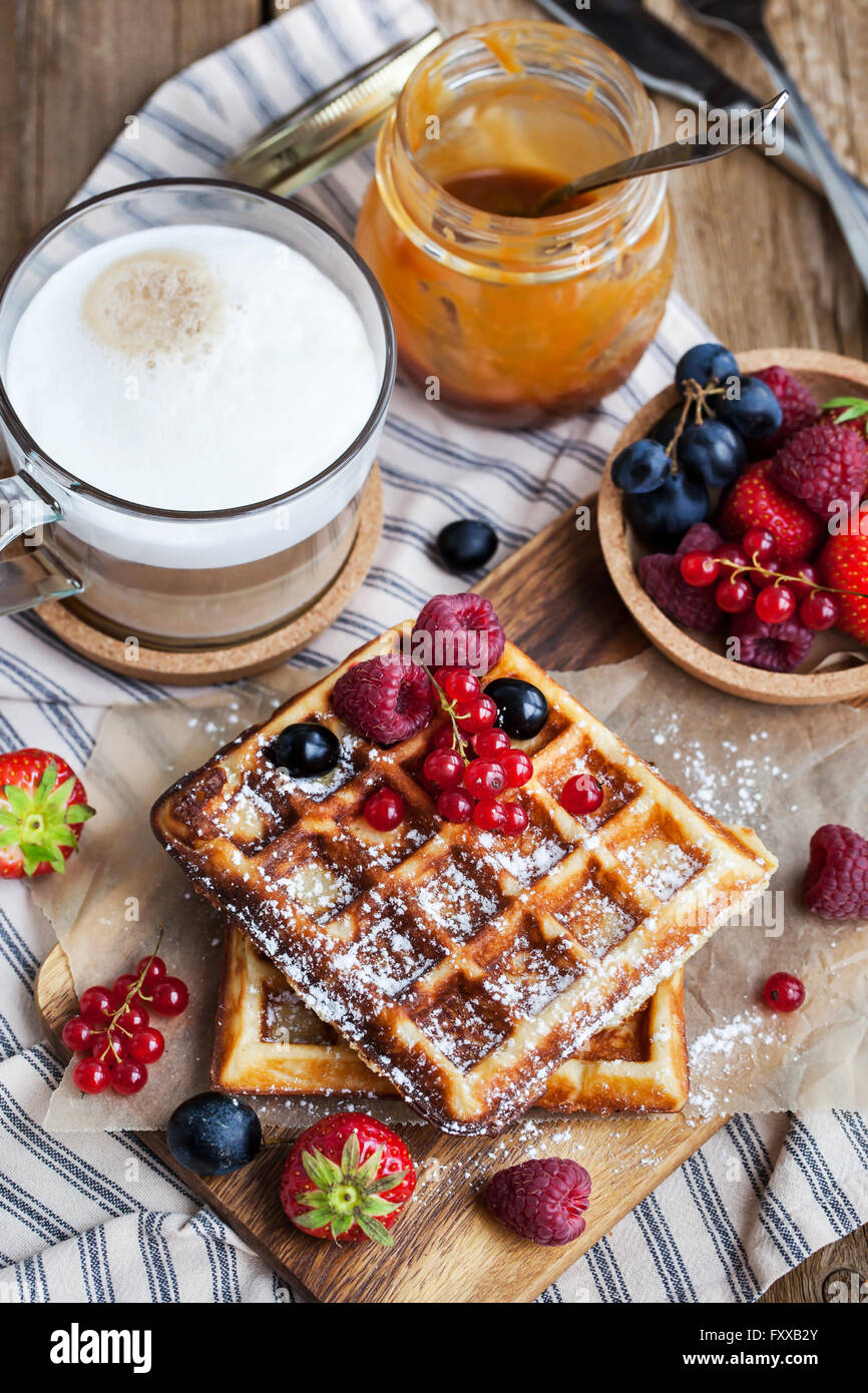 Cialde belghe con frutti di bosco freschi e cappuccino e caffè per la prima colazione Immagini Stock