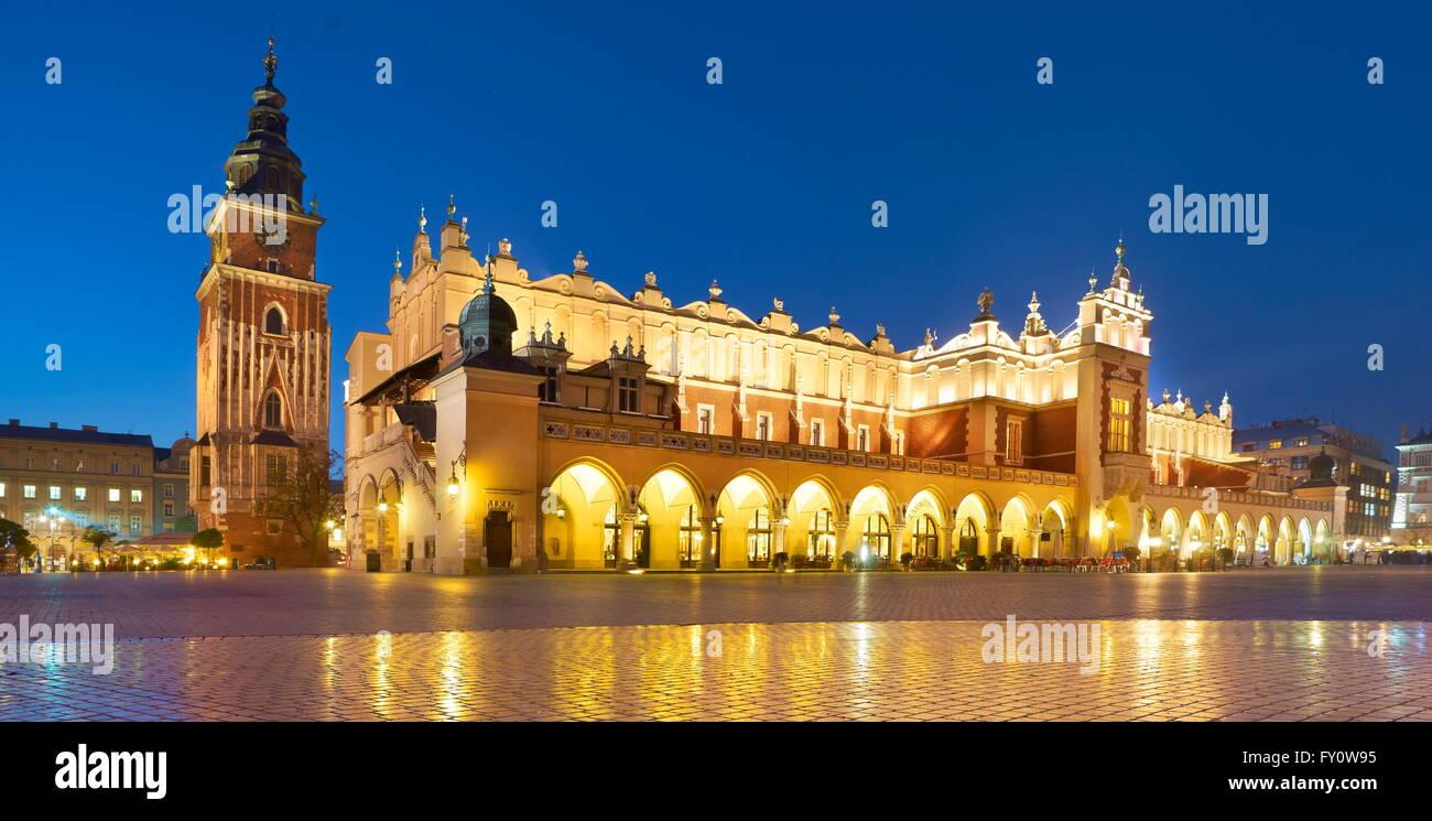 Sukiennice (panno Hall) alla sera, Cracow Polonia, UNESCO Immagini Stock